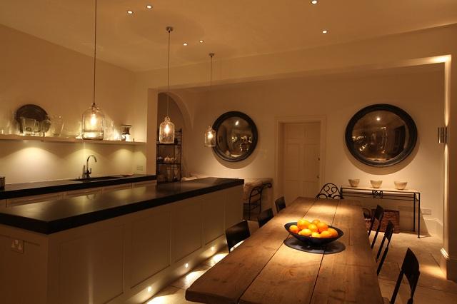 So sánh hiệu quả chiếu sáng thông thường và chiếu sáng cảm xúc cho căn bếp